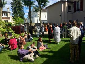 La foule dans le jardin